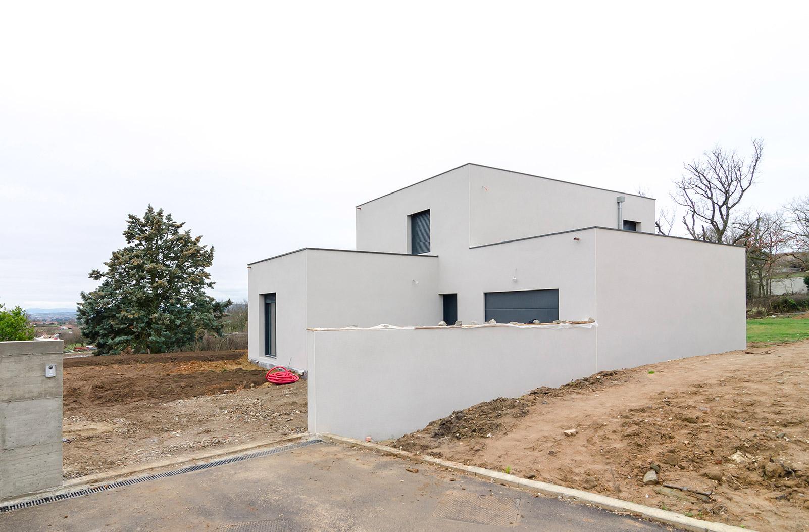 maison d'architecte contemporaine près de Lyon avec toiture terrasse et façades en enduit