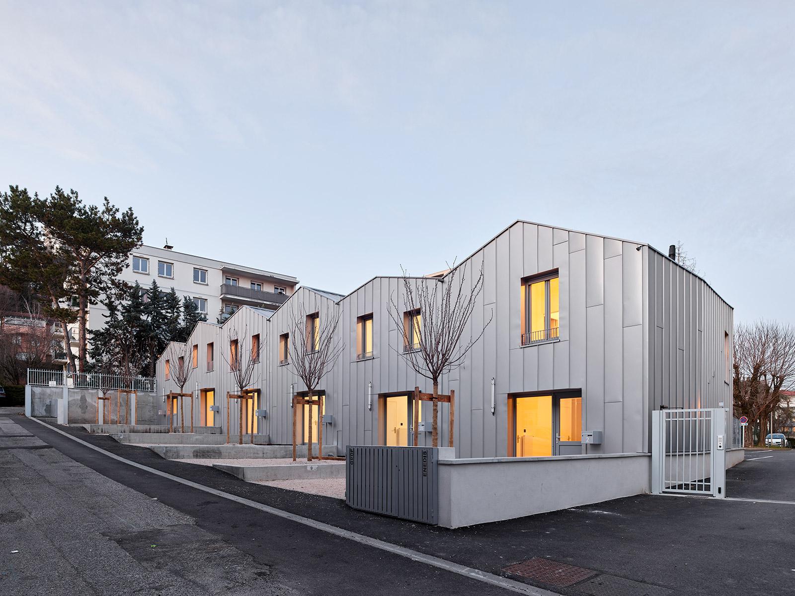 logements collectifs sociaux à Lyon maisons en bande en pente avec bardage métallique en acier façon zinc à joint debout