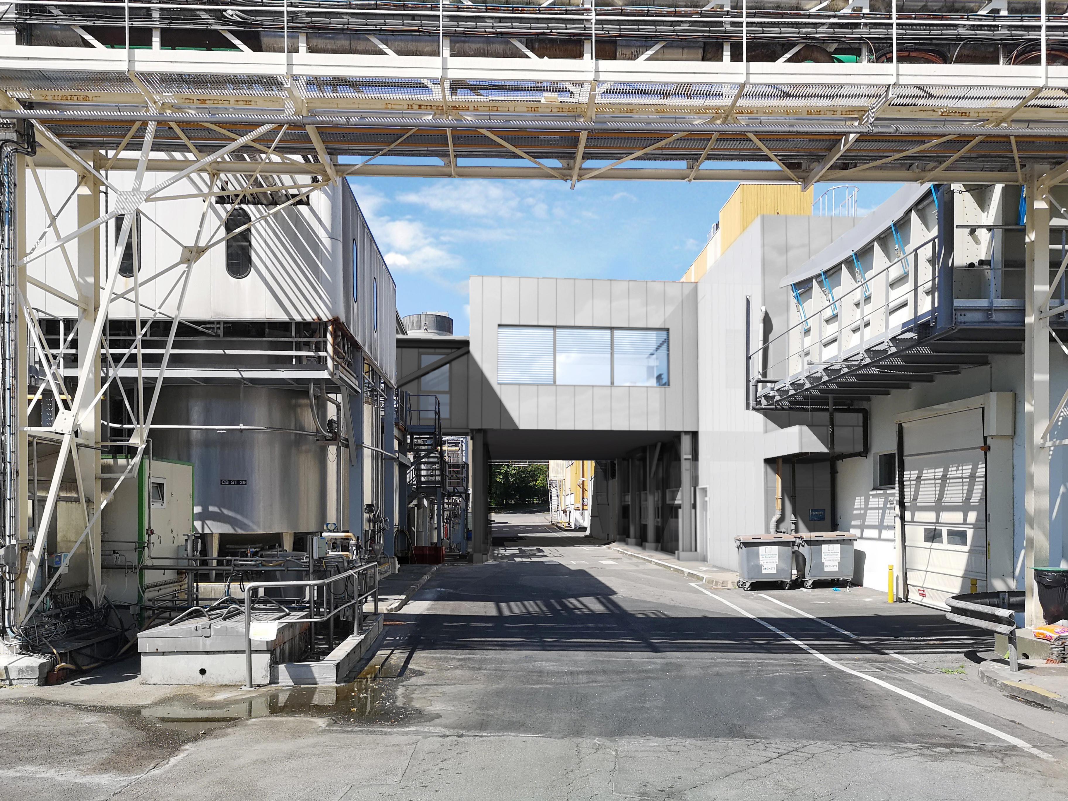 extension d'usine par un bâtiment passerelle abritant la salle de contrôle