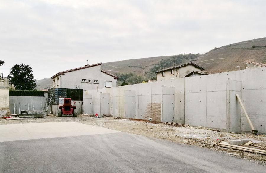 chantier de construction d'un auvent pour la cave du domaine viticole Gerin à Ampuis