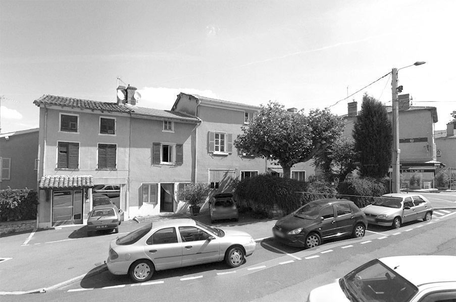 état avant réhabilitation et transformation d'une grange en logements et en commerce au centre du village de Chasselay au nord de Lyon