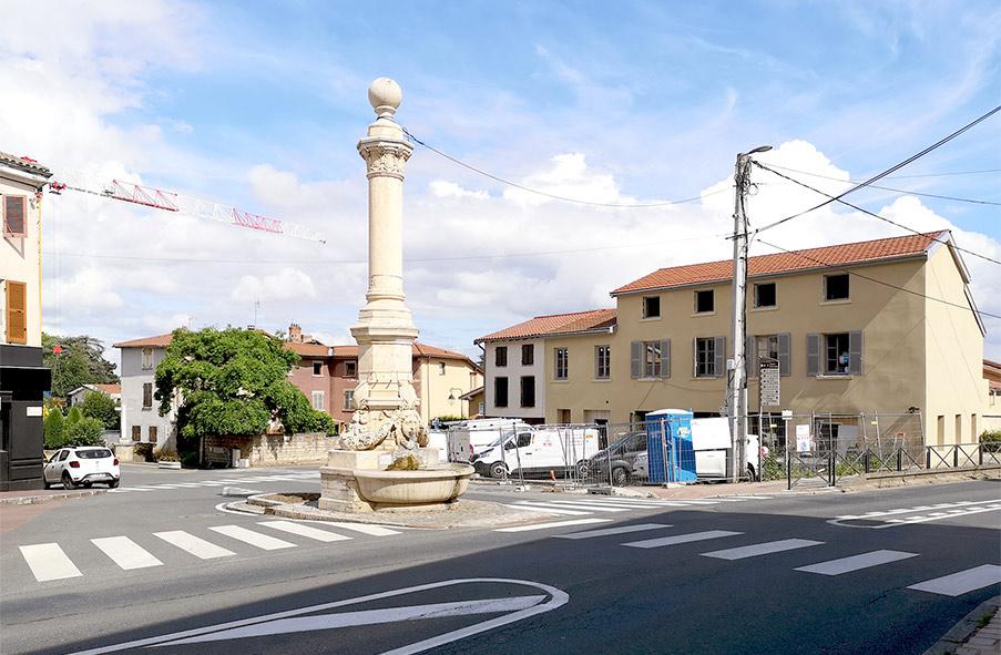 réhabilitation et transformation d'une grange en logements et en commerce au centre du village de Chasselay au nord de Lyon